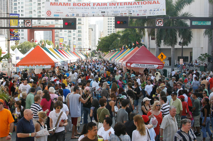 Miami Book Fair International, crowd
